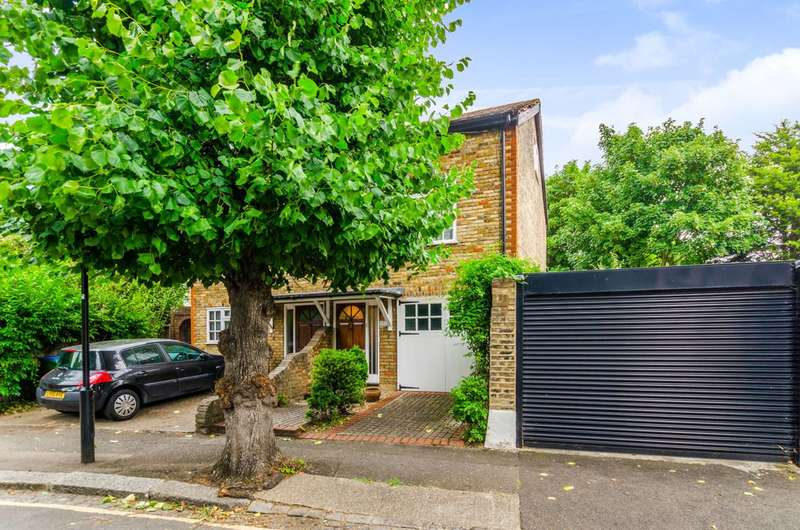 2 Bedrooms Semi Detached House for sale in Woodville Road, Bushwood, E11