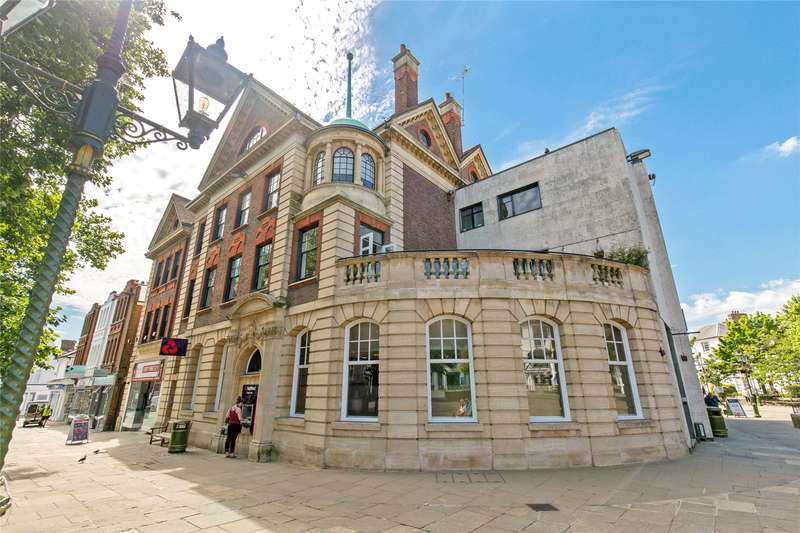 2 Bedrooms Flat for sale in Carfax, Horsham, West Sussex, RH12