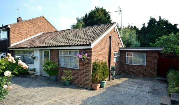 3 Bedrooms Bungalow for sale in Cricketers Close, Chessington