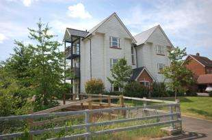 2 Bedrooms Flat for sale in Baxendale Way, Uckfield, East Sussex