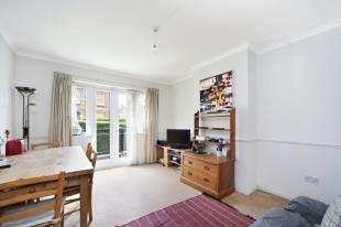 3 Bedrooms Flat for sale in Broomwood Road, Battersea, London