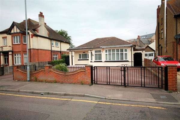 4 Bedrooms Bungalow for sale in Holland Road, East Clacton