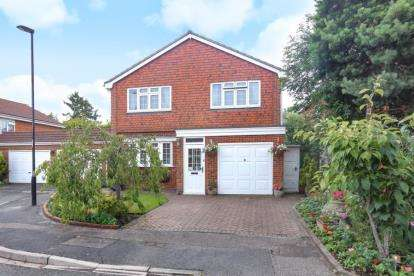 4 Bedrooms Detached House for sale in Camrose Close, Croydon