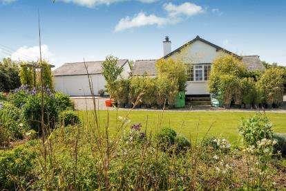3 Bedrooms Bungalow for sale in Caeathro, Caernarfon, Gwynedd, LL55