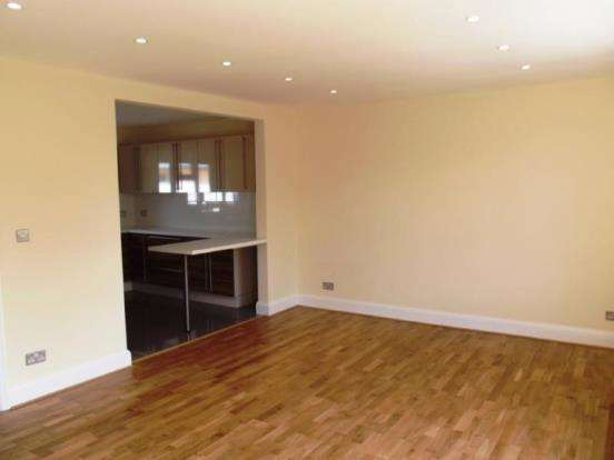 3 Bedrooms Maisonette Flat for sale in Hampton Court Way, Thames Ditton, Surrey
