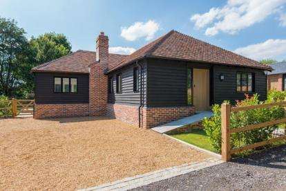 3 Bedrooms Bungalow for sale in Bassett Lodge, Magpie Lane, Little Warley, Brentwood