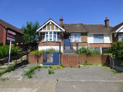 3 Bedrooms Bungalow for sale in Grays, Essex