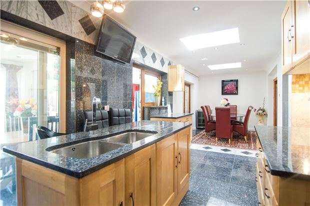 7 Bedrooms Semi Detached House for sale in Salmon Street, LONDON, NW9 8YA
