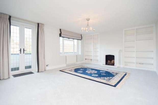 2 Bedrooms Flat for sale in Lammas Lane, Esher, Surrey