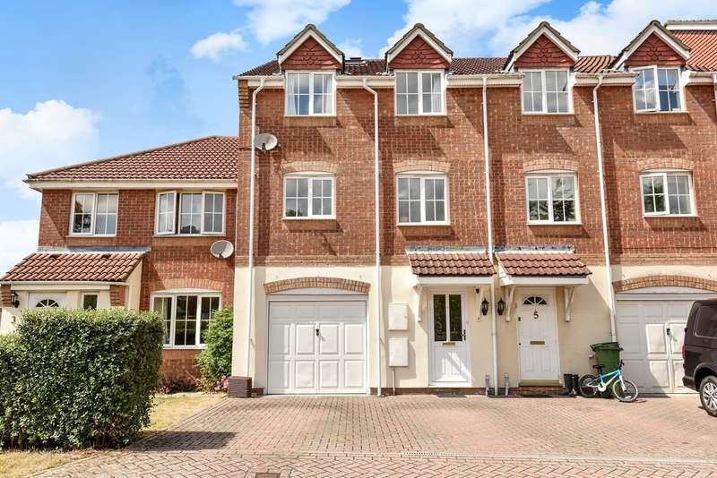 5 Bedrooms Town House for sale in Gleneagles Close, Beggarwood, Basingstoke, RG22