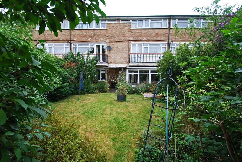 3 Bedrooms Maisonette Flat for sale in Holtspur Way, Beaconsfield, HP9