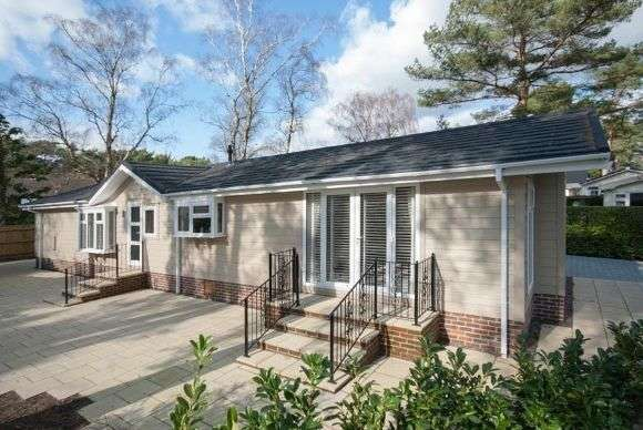 2 Bedrooms Detached House for sale in Lissett Savannah, Lone Pine Park, Ferndown