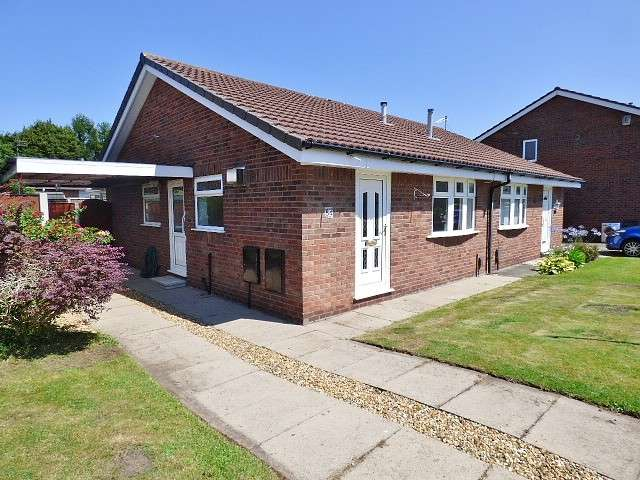 2 Bedrooms Bungalow for sale in Holyhead Close, Warrington