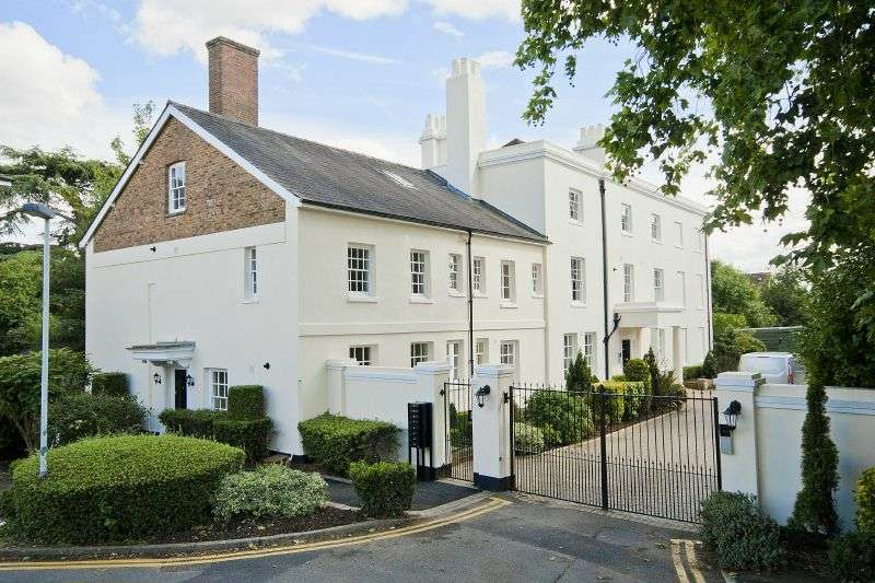 3 Bedrooms Flat for sale in Harefield House, High Street, Harefield, Middlesex, UB9 6RH