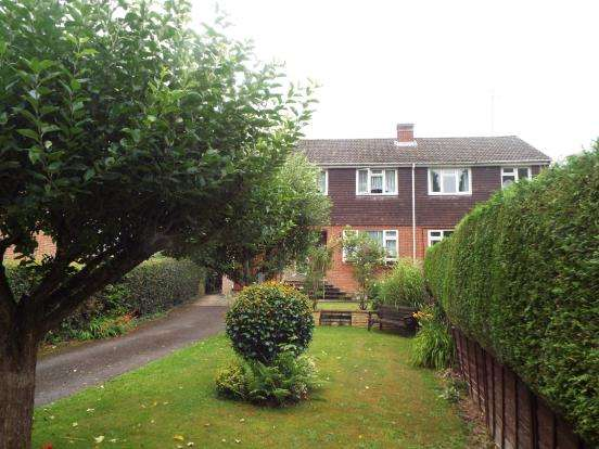 3 Bedrooms Semi Detached House for sale in Eversley, Hook
