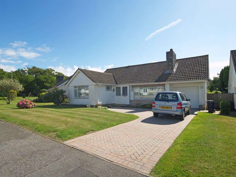 2 Bedrooms Bungalow for sale in Merley Drive, Highclliffe, Christchurch