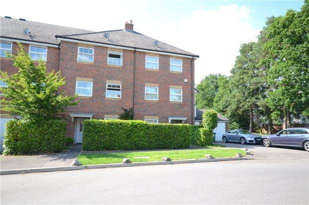 4 Bedrooms Terraced House for sale in Maple Avenue, Farnborough, Hampshire