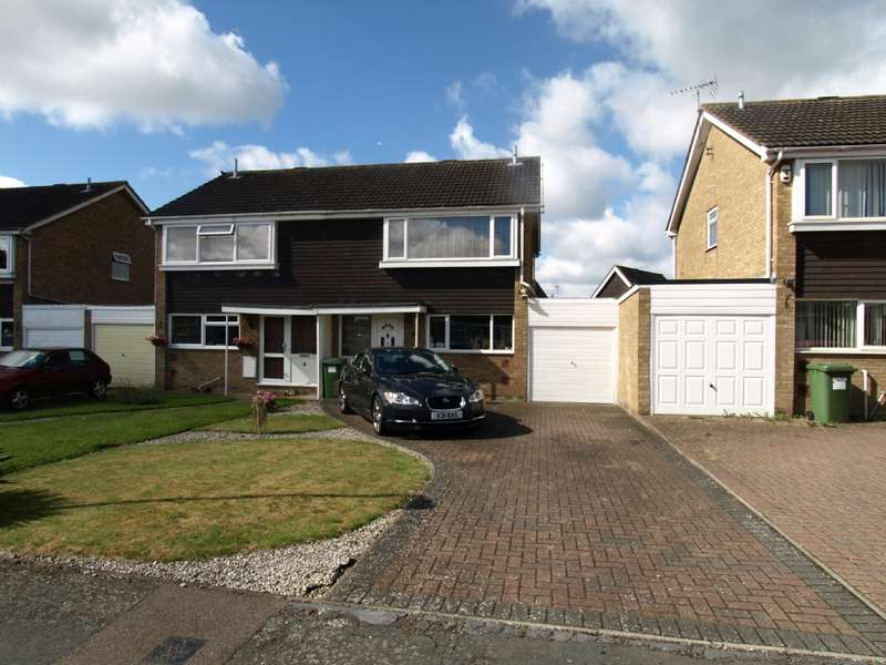 3 Bedrooms Semi Detached House for sale in Masefield Close, Newport Pagnell, Buckinghamshire