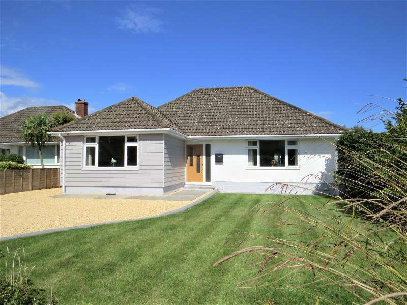 3 Bedrooms Bungalow for sale in Lovely Detached Bungalow