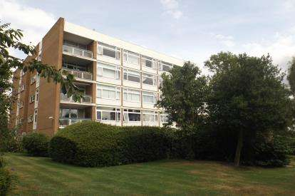 3 Bedrooms Flat for sale in Chigwell, Essex