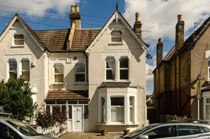 3 Bedrooms Flat for sale in Hopton Road, Streatham Common, SW16