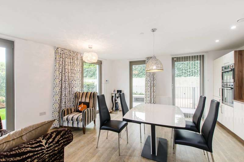 2 Bedrooms Flat for sale in Waterside Heights, Royal Docks, E16