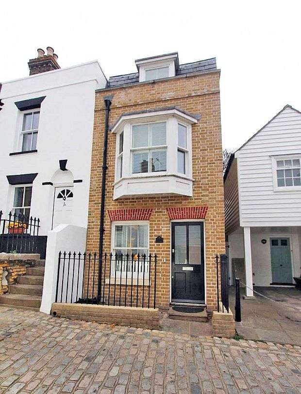 3 Bedrooms Town House for sale in High Street, Upnor, Rochester, Kent, ME2 4XG