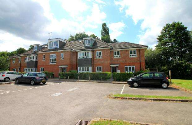 2 Bedrooms Flat for sale in Beaumaris Parade, Camberley, Surrey