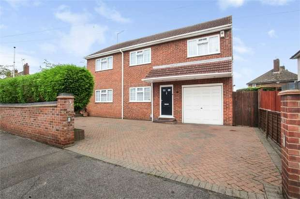 4 Bedrooms Detached House for sale in Hawthorne Avenue, Cheshunt, Waltham Cross, Hertfordshire