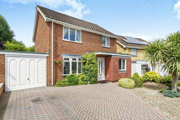 3 Bedrooms Detached House for sale in Blackwater, Camberley