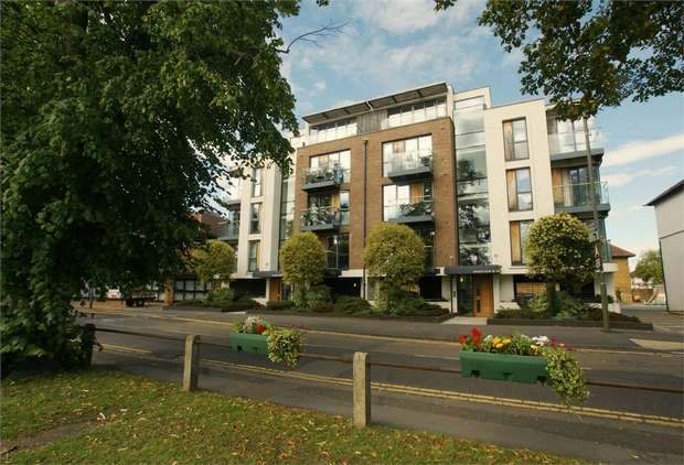 2 Bedrooms Flat for sale in Park View, Queens Road, Hersham, Walton-on-Thames, Surrey