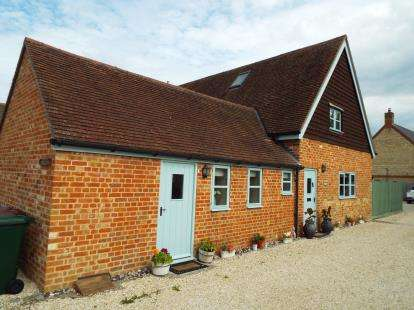 3 Bedrooms Barn Conversion Character Property for sale in Merton Road, Ambrosden, Bicester, Oxfordshire