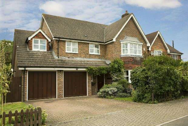 5 Bedrooms Detached House for sale in Curlys Way Swallowfield Reading