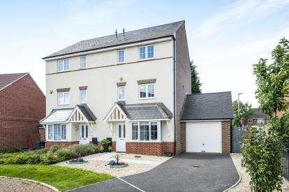4 Bedrooms Semi Detached House for sale in Diamond Jubilee Close, Barton, Gloucester, Gloucestershire