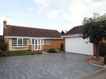3 Bedrooms Bungalow for sale in Beaumaris Drive, Gedling, Nottingham