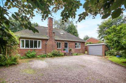 2 Bedrooms Bungalow for sale in Beach Road, Hartford, Northwich, Cheshire