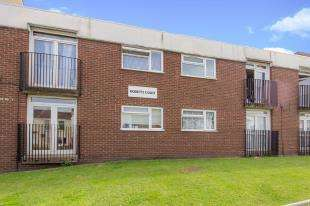 2 Bedrooms Flat for sale in Roberts Court, Maple Road, London