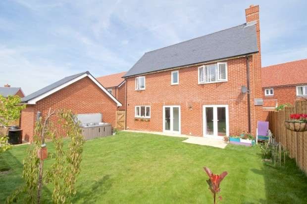 4 Bedrooms Detached House for sale in Sandringham Lane, Polegate, BN26
