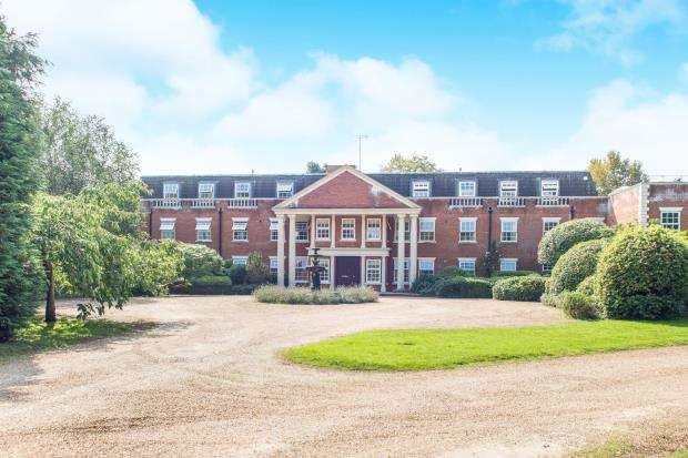 2 Bedrooms Flat for sale in Molesey Park Road, East Molesey, Surrey