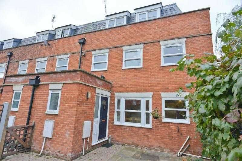 4 Bedrooms Semi Detached House for sale in Clements Mews, Rochford