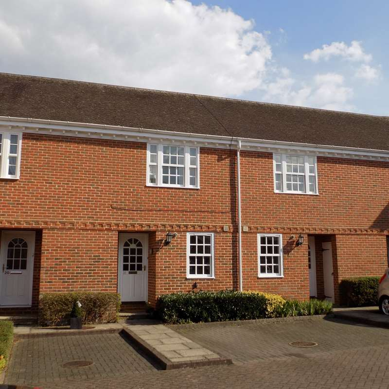 2 Bedrooms Mews House for sale in Calcott Park, Yateley, GU46