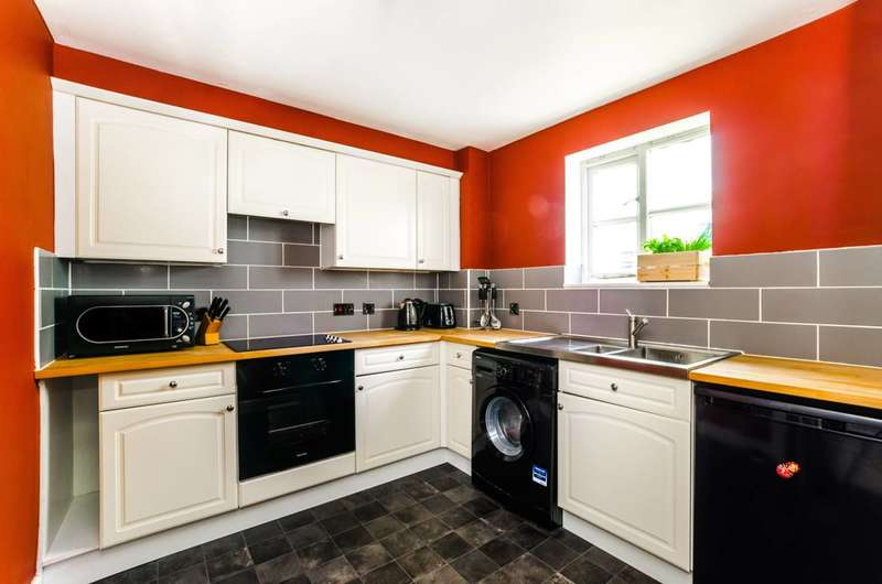 2 Bedrooms Flat for sale in Otter Close, Stratford, E15