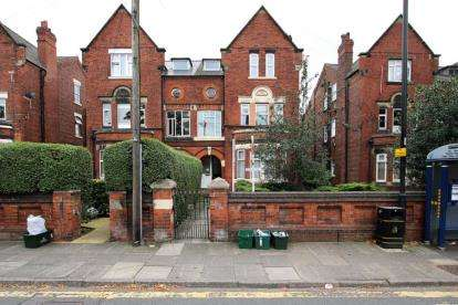 2 Bedrooms Flat for sale in Thorne Road, Doncaster
