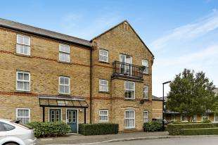 2 Bedrooms Flat for sale in Weston Drive, Caterham On The Hill, Caterham, Surrey
