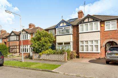 3 Bedrooms Semi Detached House for sale in Walton Way, Aylsebury, Buckinghamshire, England