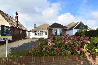 2 Bedrooms Bungalow for sale in Thorpe Bay, Essex, .