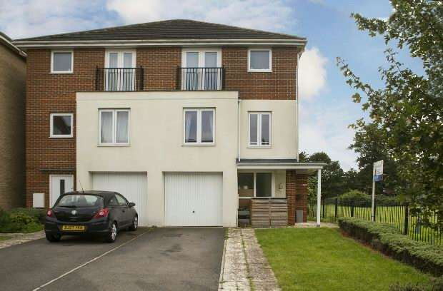 4 Bedrooms Semi Detached House for rent in Regis Park Road, Reading, RG6 7AD