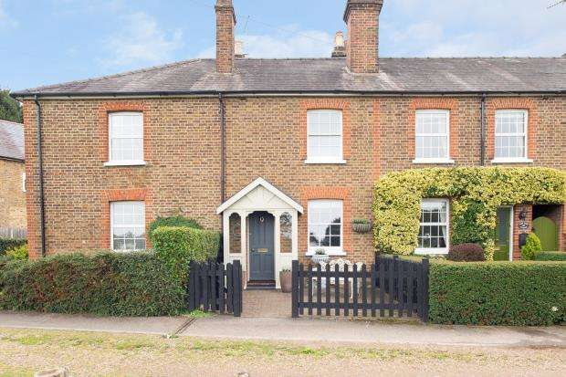 3 Bedrooms Terraced House for sale in Esher, Surrey