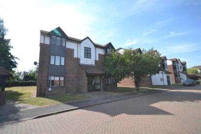 Flat for sale in Purfleet, Essex