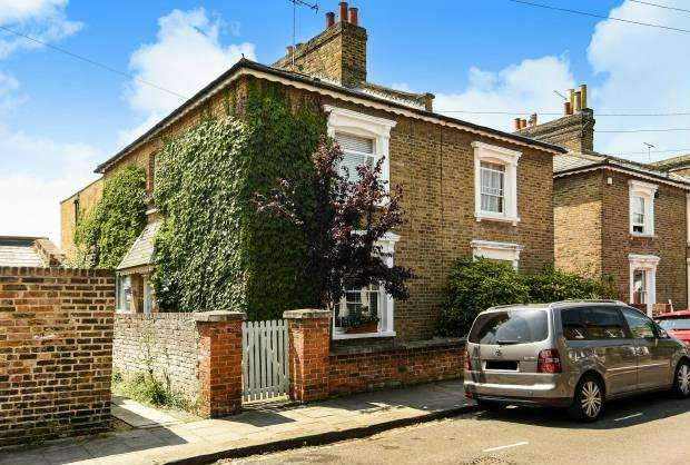 3 Bedrooms Semi Detached House for sale in Adelaide Square, Windsor